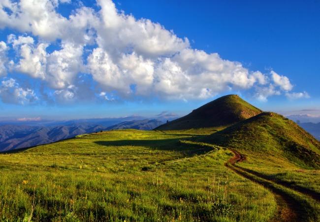 山と青い空