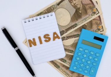 NISAと書いた手帳とお札
